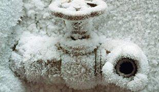 как отогреть замерзшую трубу