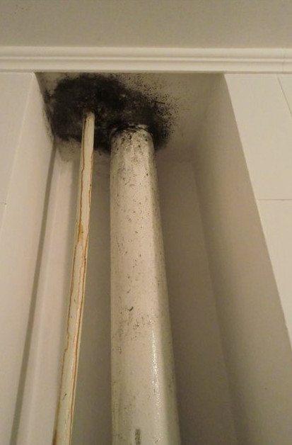 на трубах в туалете конденсат