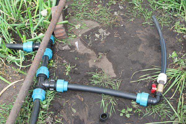 Фитинги для пластиковых труб низкого давления собранные в систему, фото организации полива огорода