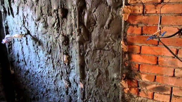 Чтобы стена была ровной, а смесь проявила все свои качества, нужно приготовить раствор правильной консистенции