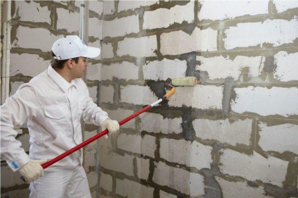 Обязательно грунтуйте стены, перед нанесением штукатурки