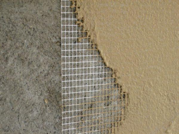 В новостройках следует подложить армирующую сетку на всю площадь стен