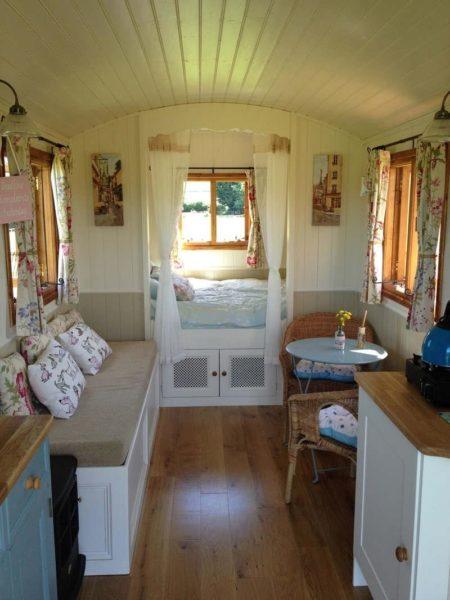 Мини-дача, созданная из вагона. Спальное место отделено шторкой