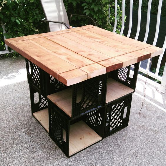 Такой стол отлично вместит предметы, позволяющие скрасить досуг