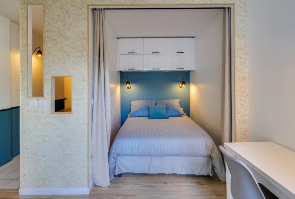 Предусмотрите небольшие проходы у кровати, это и смотрится красиво, и облегчит вам ежедневную рутину
