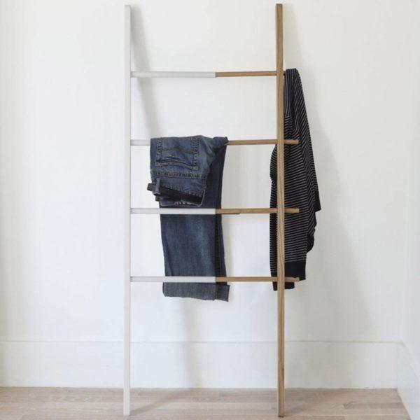 Лестница с одеждой