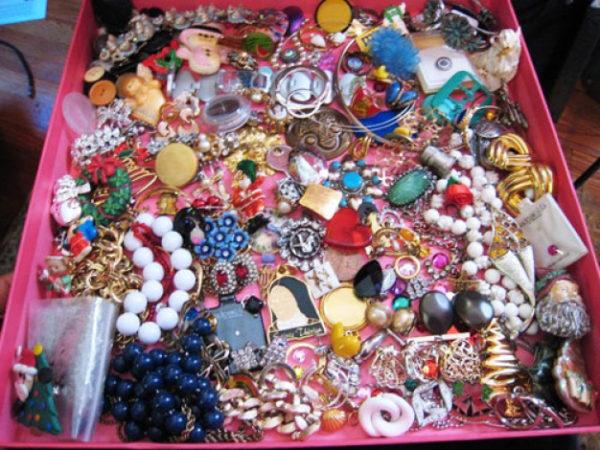 Когда бижутерии много, нужно организовать ее хранение, чтобы было просто найти любой предмет