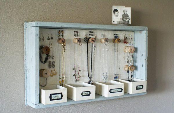 Ящик на стене можно красиво обыграть в качестве органайзера для украшений