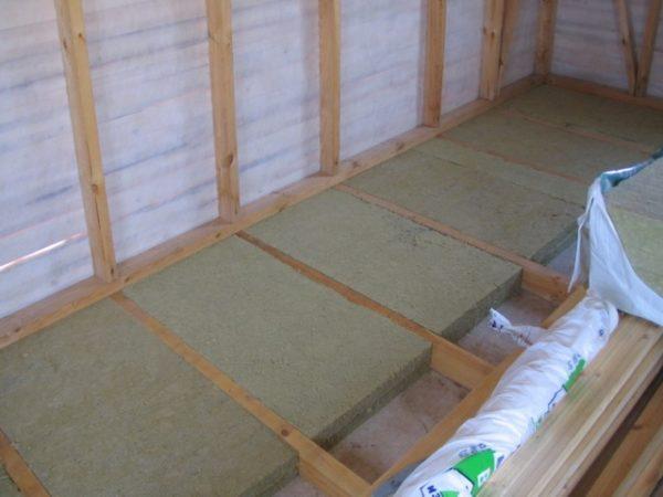 При укладке минерального утеплителя не забудьте положить изоляционный слой, чтобы не впитывалась влага