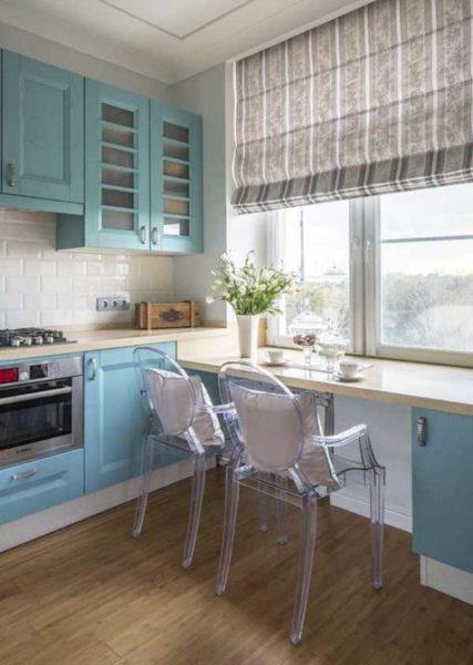 Подоконник является столом, что экономит пространство на кухне и смотрится оригинально
