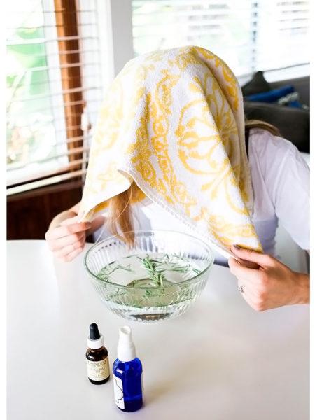 Добавьте в горячую воду несколько капель косметического масла