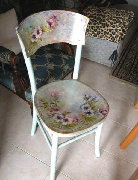 Если у вас нет таланта художника, то можно украсить стул декупажем