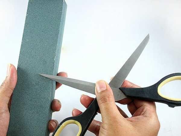 Затачиваем ножницы об брусок