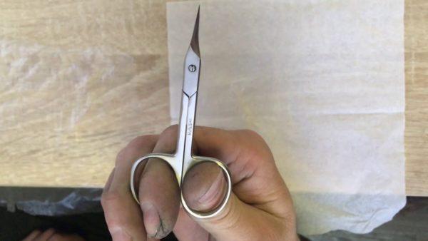 В процессе затачивания периодически проверяйте ножницы на остроту