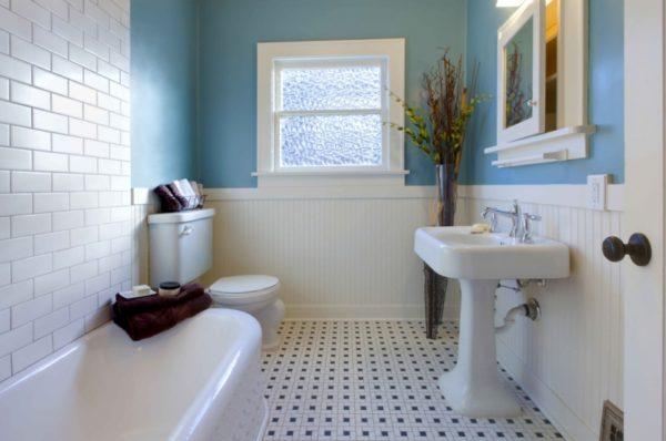 Частично окрашенные стены подчеркнут элегантность вашей ванной комнаты