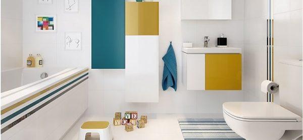 Полочки, шкафчик под раковиной, полотенце и полоски на ванне дополняют друг друга и привносят цвета в ванную комнату