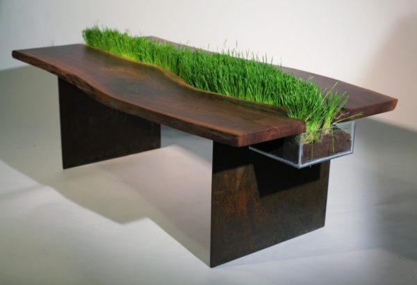 Деревянный стол с травой