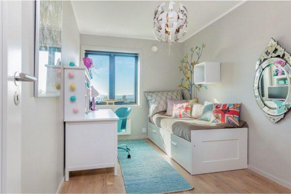 Маленькая белая комната с цветными аксессуарами