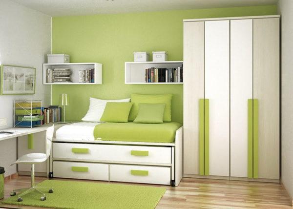 Акцентная стена зеленого цвета дополняется таким же оттенком в предметах интерьера