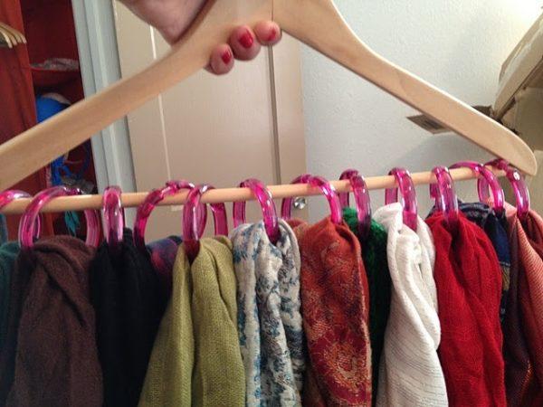 Такая вешалка может служить аксессуаром в комнате или просто экономить место в шкафу