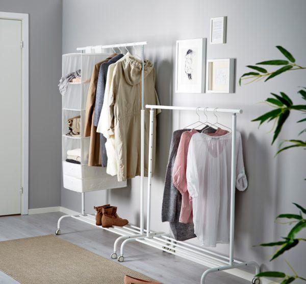 Открытые вешалки выглядят как шкафы, которым забыли прикрутить стенки и двери