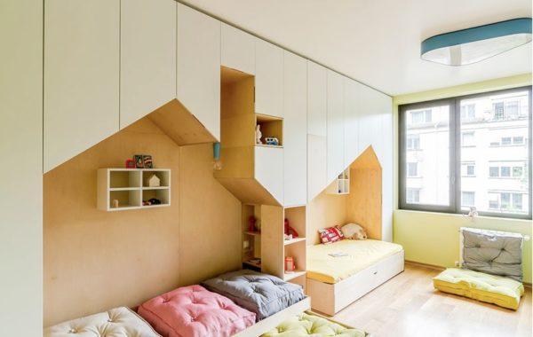 Необычная форма шкафчиков в сочетании с их расположением над кроватями экономит место и украшает комнату
