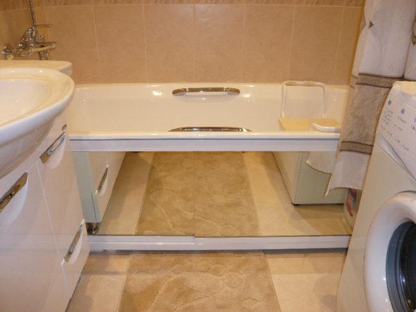 Зеркальный экран ванной – отличное решение для маленького помещения