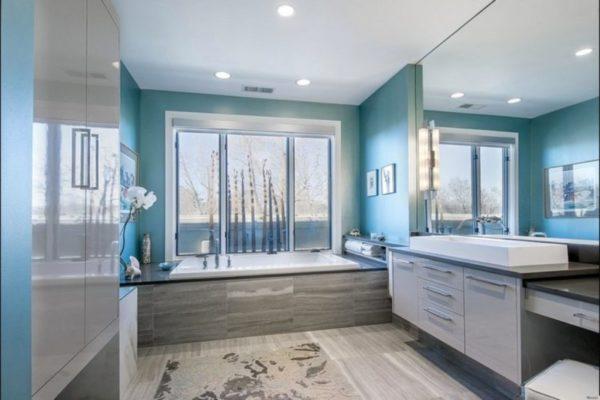 Редкое явление – ванная с источником естественного света, свет «проживет» в ней дольше благодаря светлым оттенкам серого и насыщенным оттенкам бирюзы, которые ближе к синему