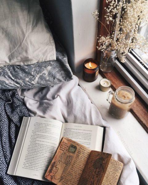Свечи и цветы в спальне