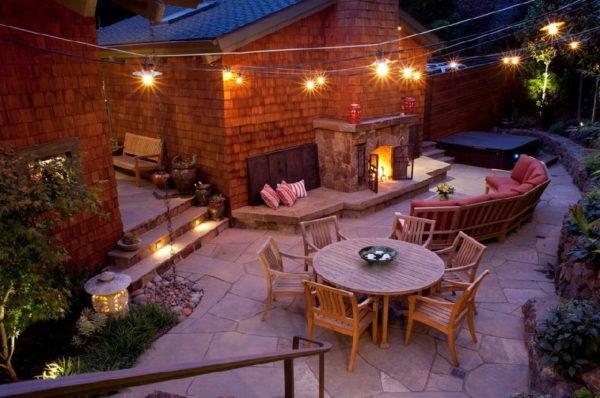 Освещенный задний двор