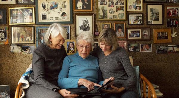 Так приятно смотреть распечатанные фотографии, сразу атмосфера посещения бабушки, ведь у них все фото в альбомах