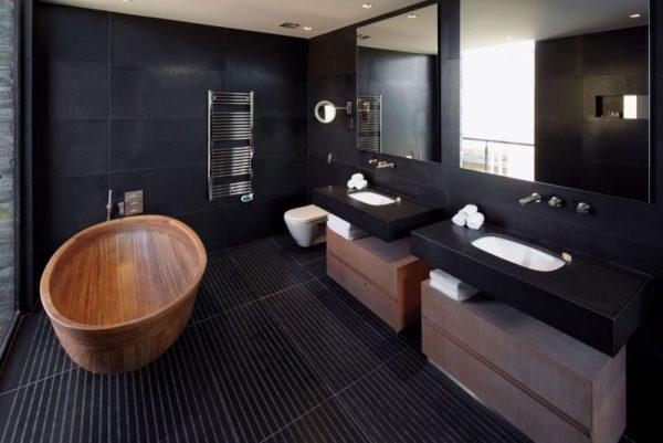 Большая ванная комната с окном, дополненная деревянными темными элементами – прекрасна.
