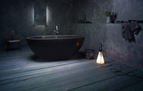 Черная ванна в черной ванной.