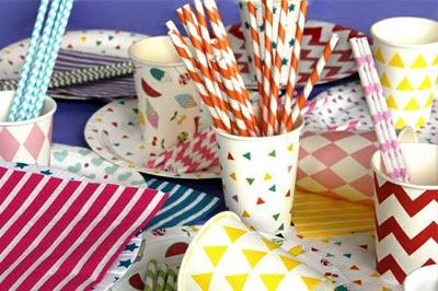 С бумажной одноразовой посудой у вас будет красивый стол и меньше проблем с уборкой на следующий день после вечеринки.