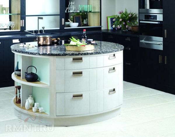 Белая часть раковины привлекает внимание на темной кухне.