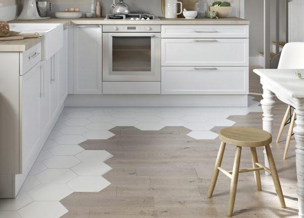 Белая плитка отделяет рабочую зону кухни от обеденной.