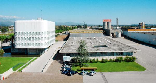 Производственный комплекс компании находится вблизи Венеции.