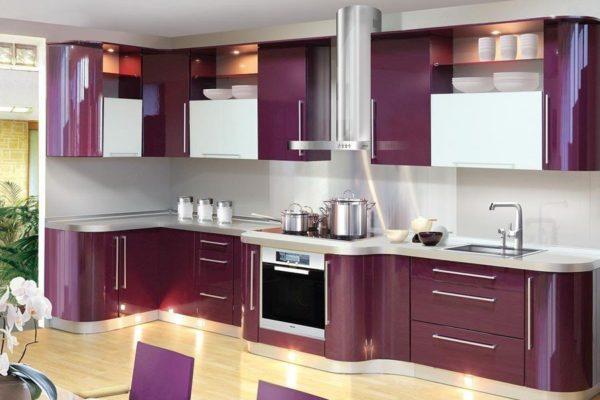 Фиолетовый гарнитур со столешницей цвета металик выглядит сдержанно и элегантно.