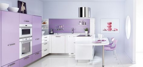 Утонченная кухня в светло-фиолетовом и белом цветах.