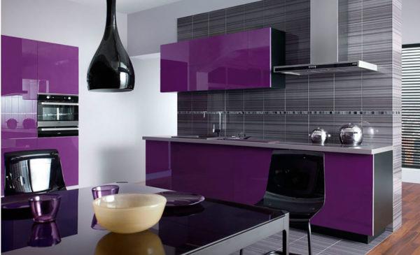Чтобы не перегрузить кухни – дополняйте сочетание насыщенного фиолетового и черного светлыми цветами.
