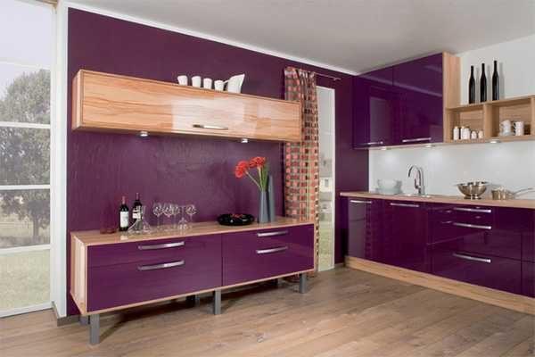 Насыщенный пурпурный цвет в смягчается цветом натурального дерева.