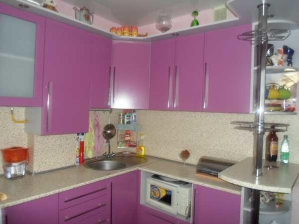 Кухня в светлых тонах уютно «поместится» в маленьком пространстве.