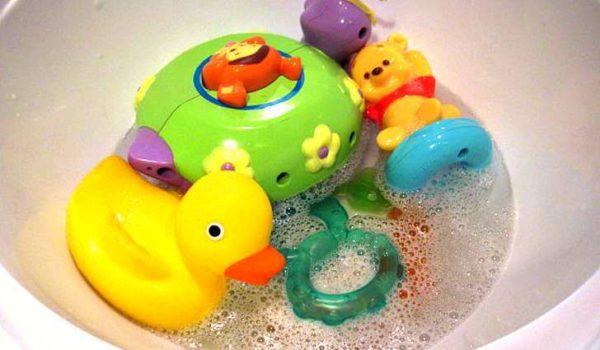Мыльный раствор отлично подойдет для периодического мытья твердых детских игрушек.