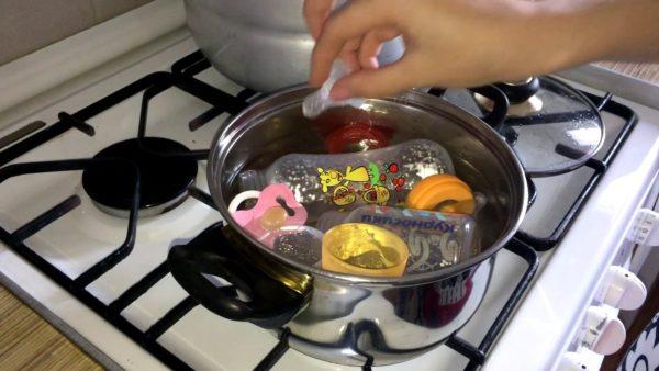 Стерилизовать необходимо все игрушки, бутылочки и соски перед их первичным использованием.