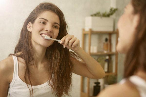 Пока одни чистят зубы, другие могут посетить вторую часть санузла, находящуюся за стеной.