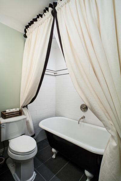 Вариант разъединения совместного туалета, при этом остаются некоторые недостатки.