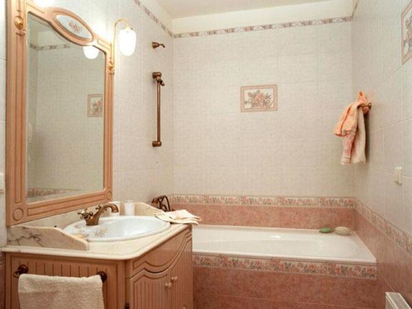 В данной ванной комнате задействовано 5 разновидностей плитки: 2 основных для стены, 2 бордюра и плитка с рисунком.