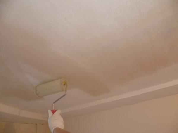 Грунтовка потолка – обязательная часть работы перед покраской.