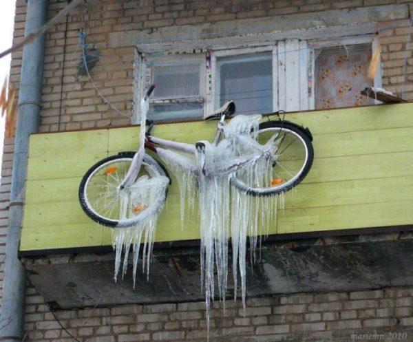 Зимний вариант хранения вело на балконе.