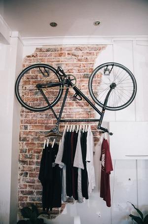 Зимнее использование велосипеда в качестве вешалки.